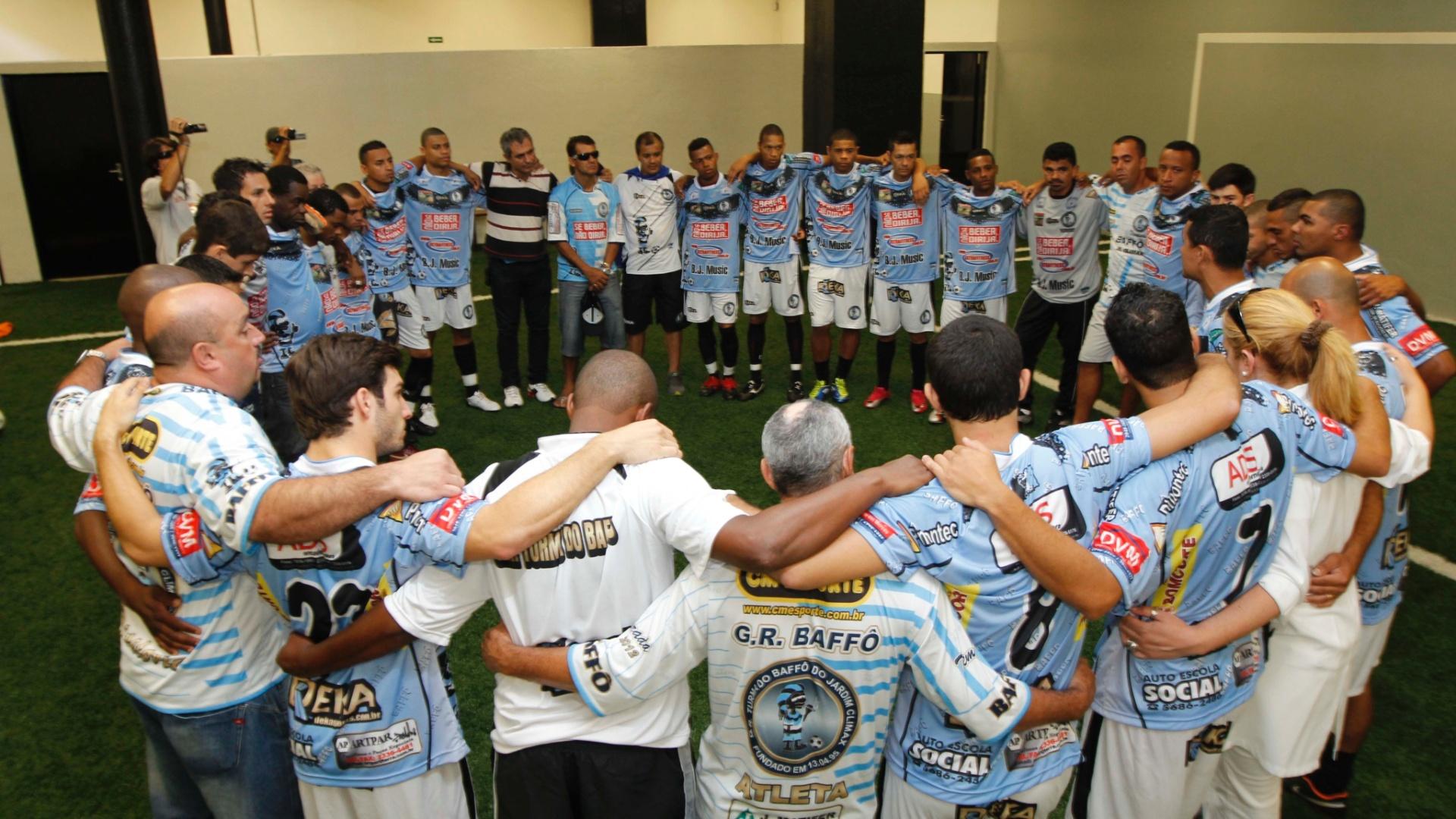 Jogadores da Turma do Baffô fazem oração antes do início da final contra o Ajax