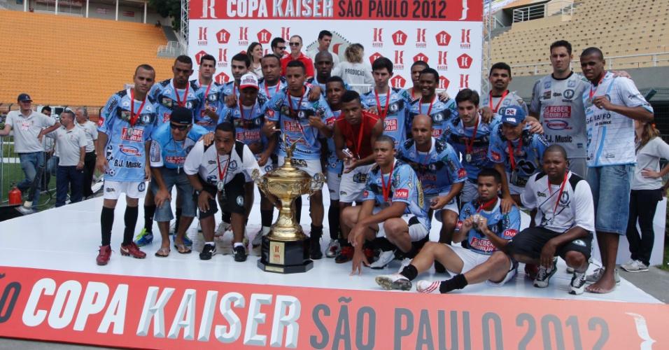 Jogadores da Turma do Baffô recebem a premiação pelo vice-campeonato da Copa Kaiser 2012