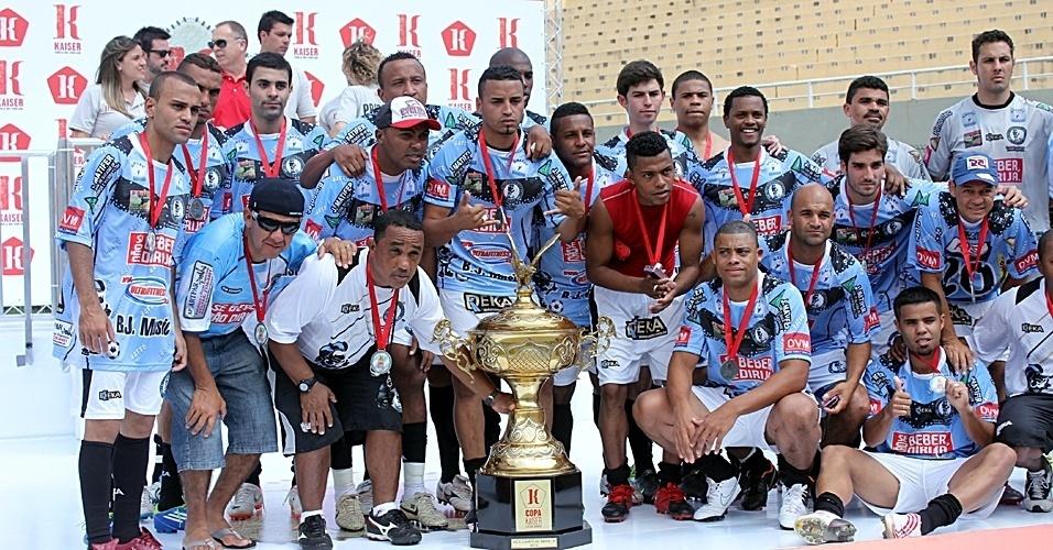 Jogadores da Turma do Baffô recebem o troféu pelo vice-campeonato da Copa Kaiser 2012