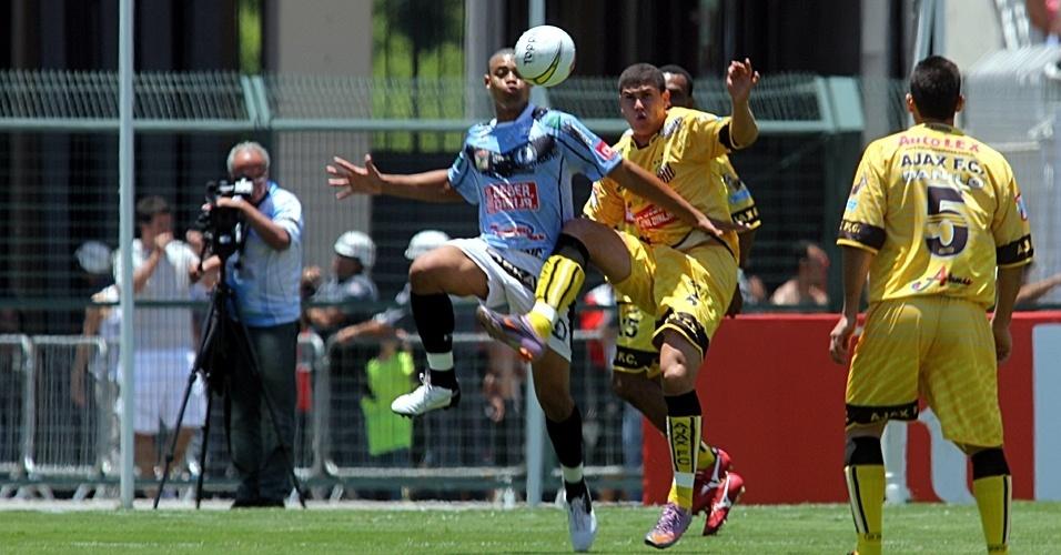 Jogadores do Ajax (amarelo) e da Turma do Baffô disputam bola na final da Copa Kaiser