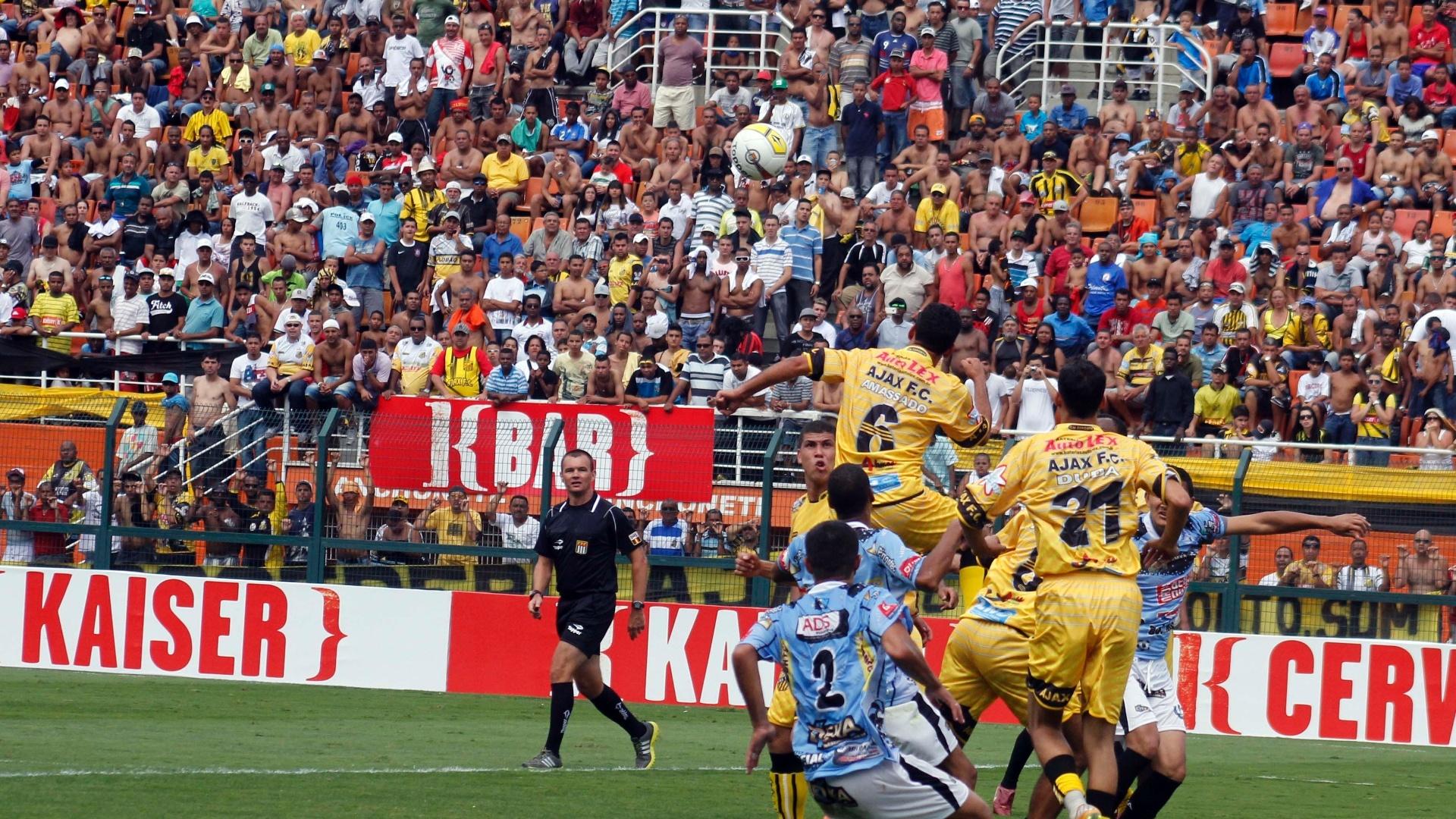Jogadores do Ajax (amarelo) e Turma do Baffô disputam a posse da bola na final da Copa Kaiser, no Pacaembu