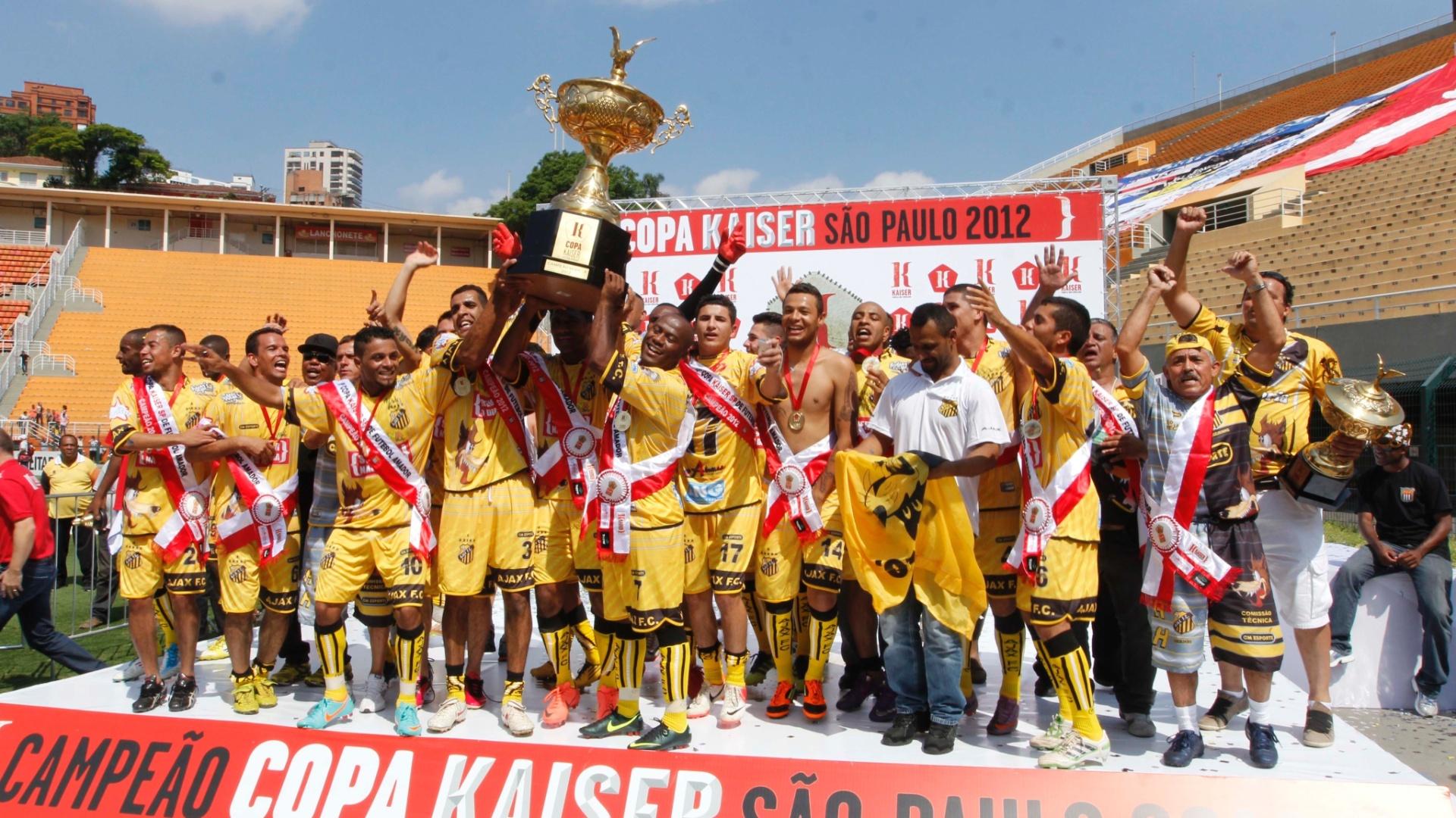 Jogadores do Ajax comemoram após a vitória por 2 a 1 sobre a Turma do Baffô na final da Copa kaiser