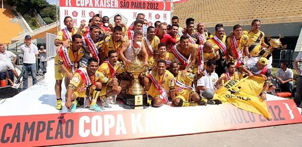 Jogadores do Ajax comemoram o título da Copa Kaiser 2013