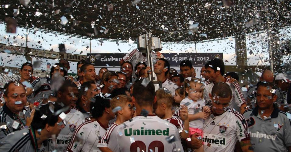 Jogadores do Fluminense levantam a taça do Campeonato Brasileiro após a derrota para o Cruzeiro, no Engenhão