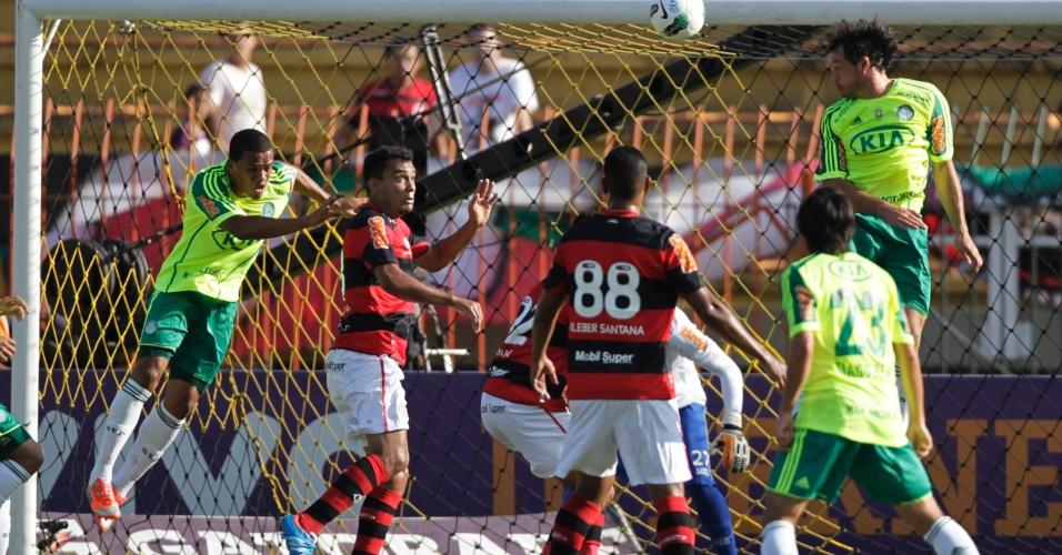 Jogadores do Palmeiras tentam completar cruzamento durante o duelo contra o Flamengo, em Volta Redonda