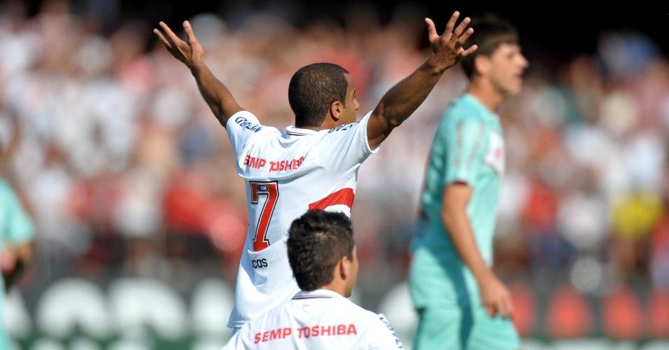 Lucas, do São Paulo, reclama com a arbitragem durante a partida contra o Náutico, pelo Brasileirão