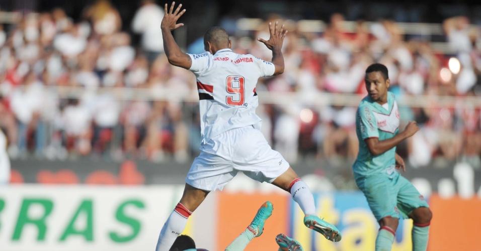 Luis Fabiano, do São Paulo, faz falta durante o duelo contra o Náutico, pela 36ª rodada do Brasileiro
