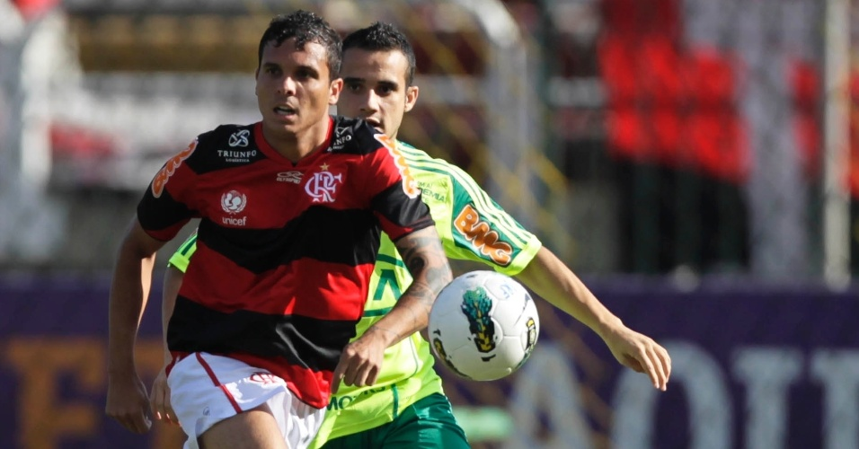 Maikon Leite, do Palmeiras, corre atrás de Ramon, lateral do Flamengo, durante partida em Volta Redonda