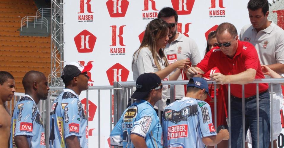 Mano Menezes entregou a premiação de vice-campeão da Copa Kaiser para os jogadores da Turma do Baffô