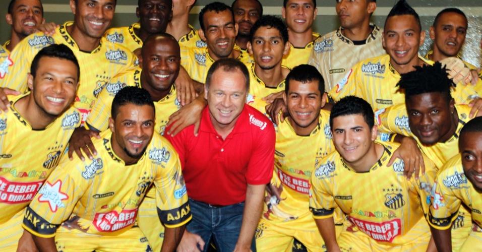 Mano Menezes posa para foto com jogadores do Ajax