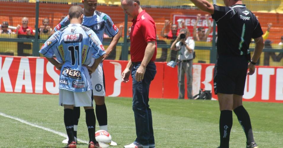 Mano Menezes, treinador da seleção brasileira, deu o chute inicial da partida da final da Copa Kaiser entre Ajax e Turma do Baffô