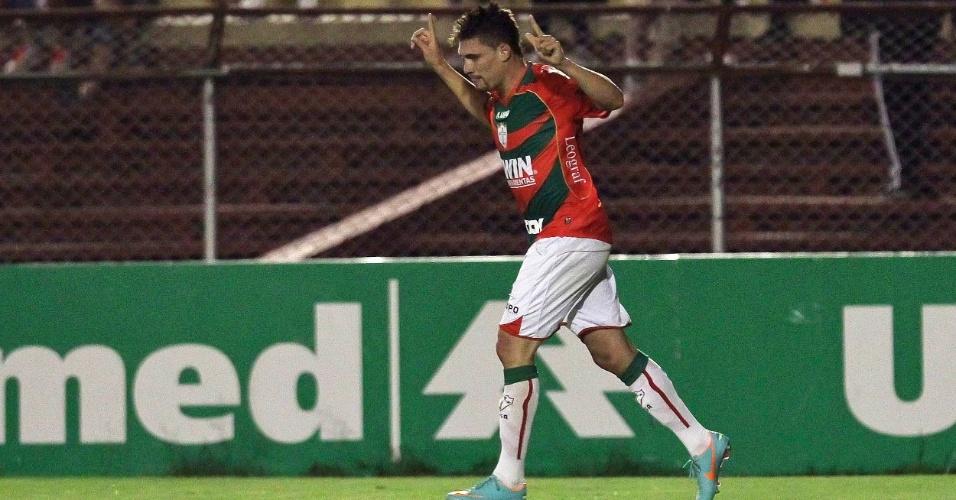 Moisés comemora gol da Portuguesa contra o Grêmio. Empate por 2 a 2 no Canindé rebaixou o Palmeiras no Brasileirão
