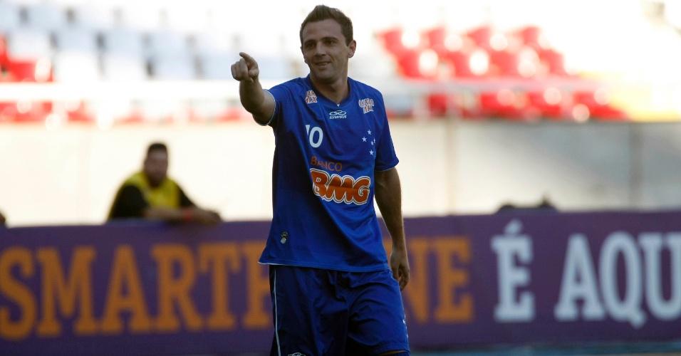 Montillo, do Cruzeiro, comemora gol sobre o Fluminense, pela 36ª rodada do Campeonato Brasileiro