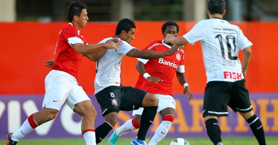 Paulinho, do Corinthians, tenta escapar da marcação durante duelo com o Internacional, no Rio Grande do Sul