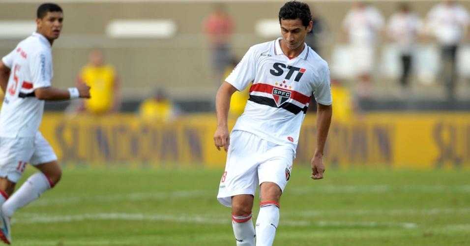 Paulo Henrique Ganso, do São Paulo, tenta passe durante o jogo contra o Náutico, no Morumbi