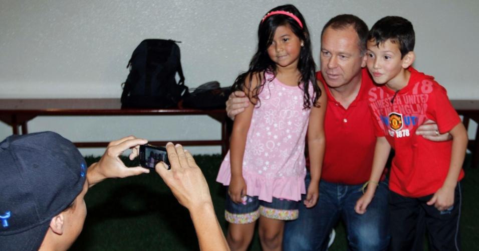 Pequenos torcedores tiram foto com Mano Menezes, treinador da seleção brasileira