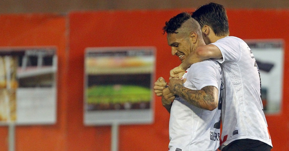 Peruano Guerrero comemora gol do Corinthians contra o Internacional, no Beira Rio