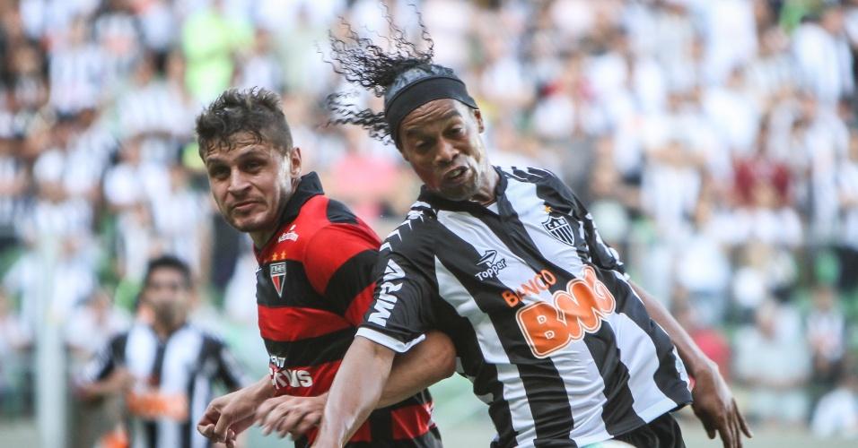 Ronaldinho Gaúcho, do Atlético-MG, em ação na partida contra o Atlético-GO