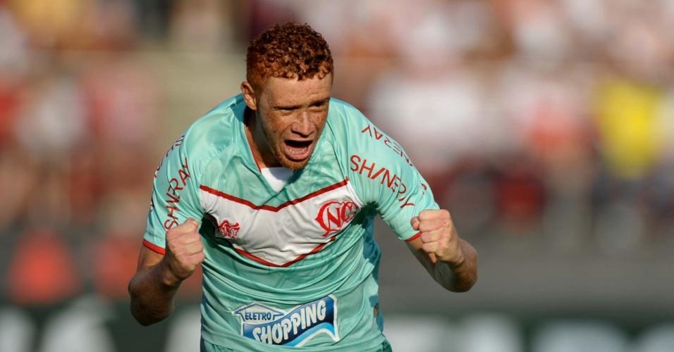 Souza, do Náutico, comemora seu gol de falta na partida contra o São Paulo