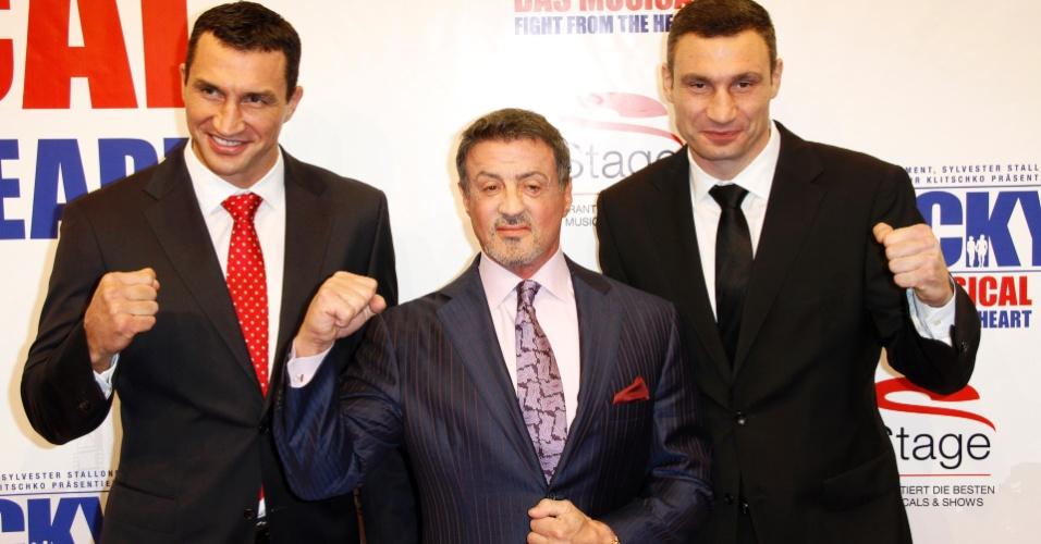 """Sylvester Stallone (ao centro) Wladimir (à esq) e Vitali Klitschko vão à pré-estreia do musical """"Rocky The Musical - Fight From The Heart"""", em Hamburgo, na Alemanha (18/11/12)"""