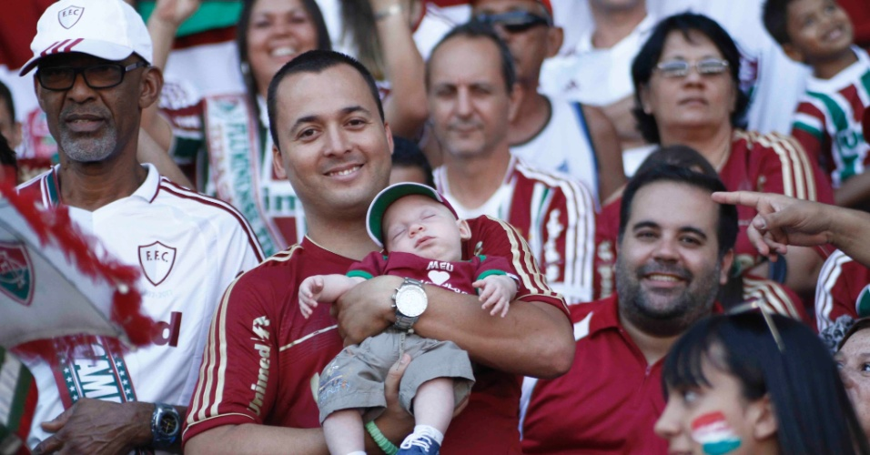 Torcedor leva bebê para a arquibancada do Engenhão para assistir ao duelo contra o Cruzeiro