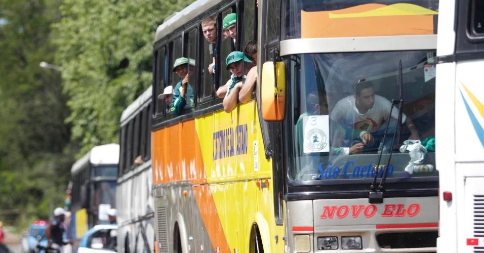 Ônibus com os torcedores do Palmeiras chega a Volta Redonda para a partida contra o Flamengo, que pode rebaixar a equipe paulista