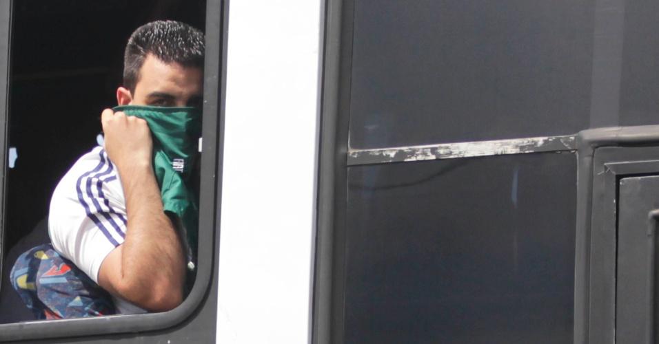 Torcedor do Palmeiras esconde o rosto das câmeras na chegada a Volta Redonda para o jogo contra o Flamengo