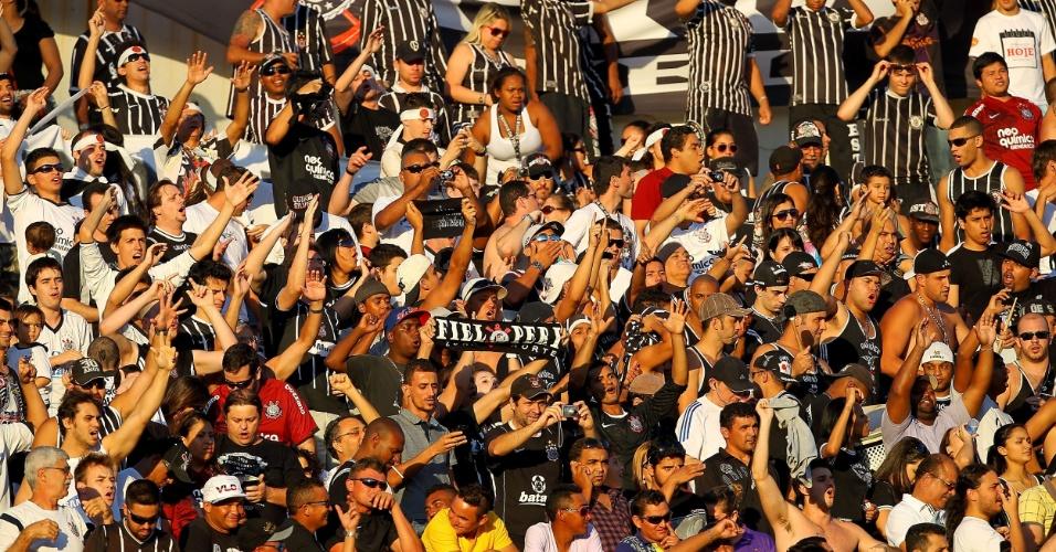 Torcida do Corinthians faz festa durante a partida contra o Internacional, no Beira Rio