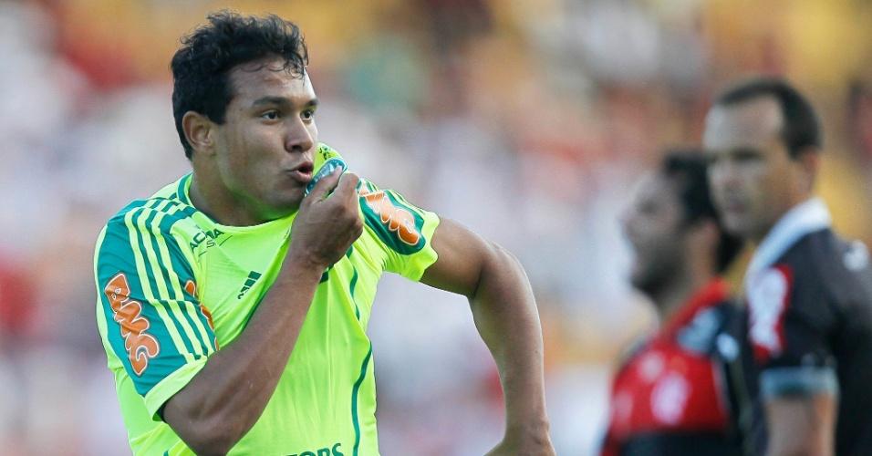 Vinicius comemora o gol do Palmeiras na partida contra o Flamengo, em Volta Redonda