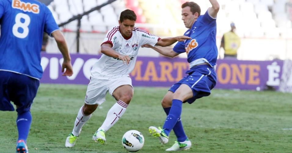 Volante Jean, do Fluminense, arranca com a bola durante partida contra o Cruzeiro, no Engenhão