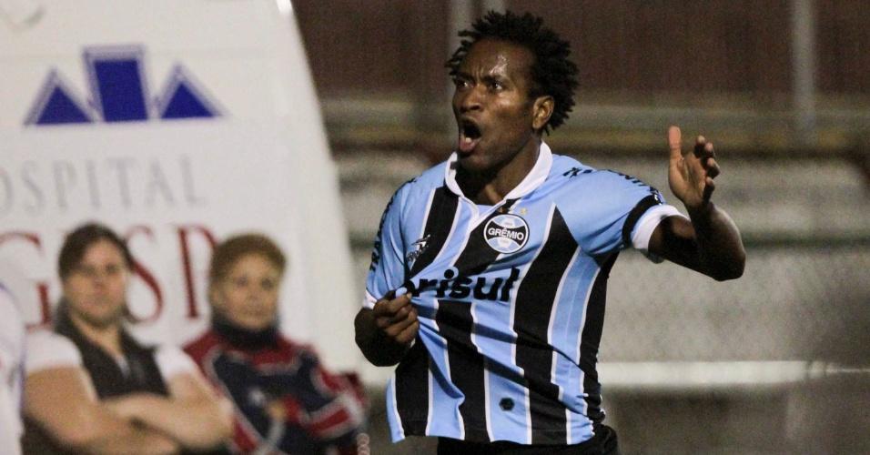 Zé Roberto, do Grêmio, comemora seu golaço no empate por 2 a 2 com a Portuguesa. Resultado rebaixou o Palmeiras