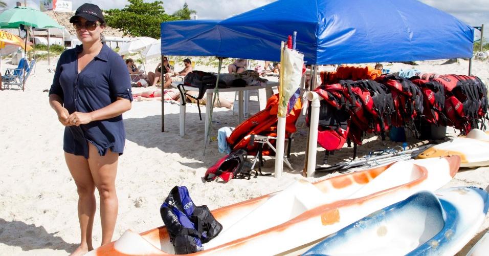 18.nov.2012 - A comerciante Audênia Osterkamp, 40, aluga equipamentos náuticos para os turistas na Praia de Jurerê Internacional, região norte de Florianópolis. Comerciantes relatam que a onda de ataques os deixou com medo, ainda que o fluxo de turistas no feriadão não tenha diminuído
