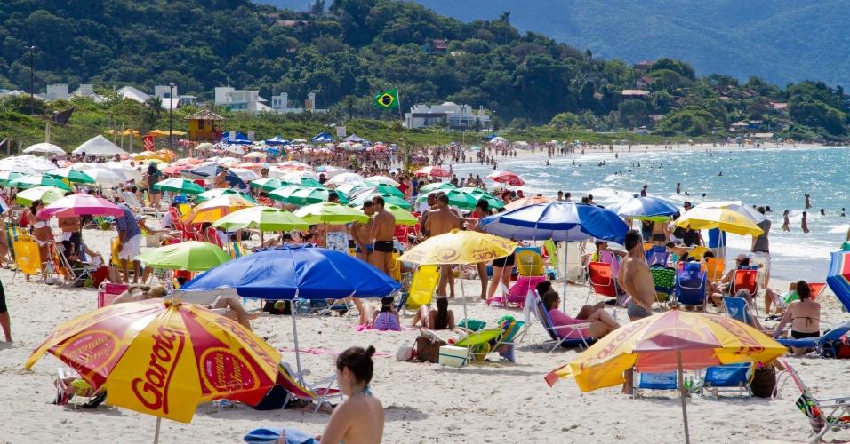 18.nov.2012 - Movimento na praia de Jurerê Internacional, no fim de semana, na região norte de Florianópolis. Comerciantes relatam que a onda de ataques os deixou com medo, ainda que o fluxo de turistas no feriadão não tenha diminuído