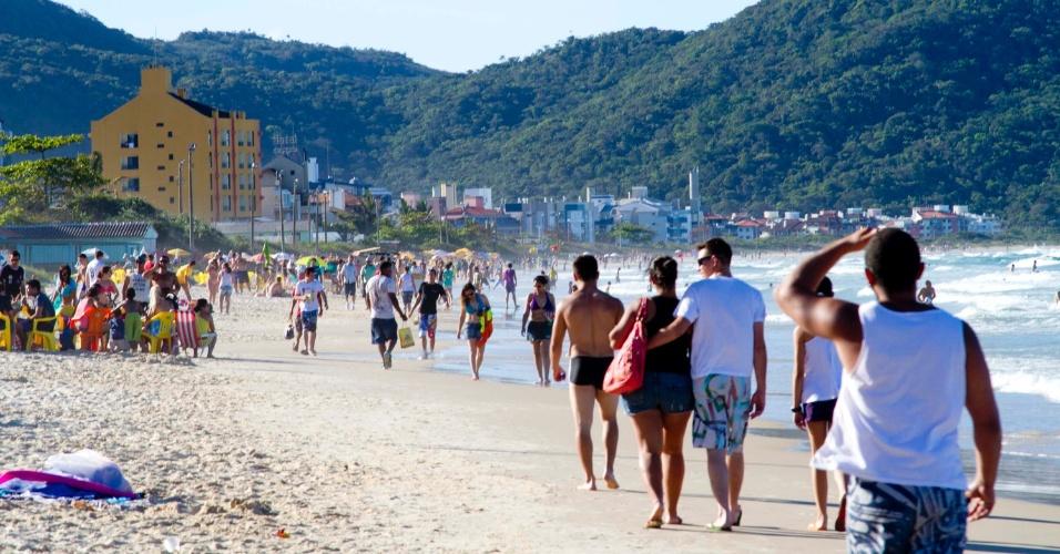 18.nov.2012 - Movimento na praia dos Ingleses, no fim de semana, na região norte de Florianópolis. Comerciantes relatam que a onda de ataques os deixou com medo, ainda que o fluxo de turistas no feriadão não tenha diminuído