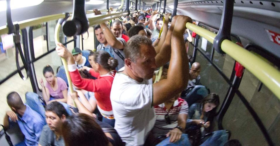 18.nov.2012 - Usuários de ônibus em Santa Catarina reclamam que deixam os veículos lotarem para poder saírem escoltados em uma das linhas que sofreram ataques nos últimos dias em Florianópolis