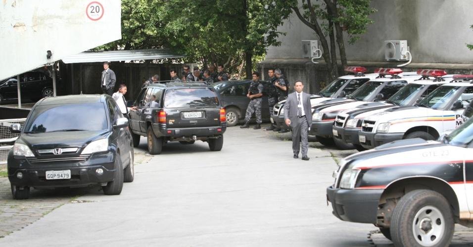 19.nov.2012 - A segurança foi reforçada no Fórum Doutor Pedro Aleixo, em Contagem (MG), nesta segunda-feira (19), para o julgamento do goleiro Bruno e de mais quatro réus pelo desaparecimento e morte de Eliza Samudio