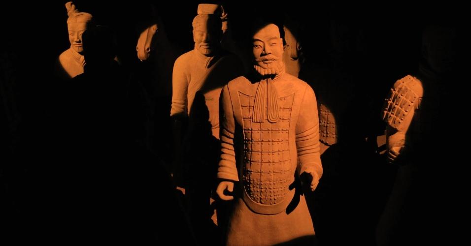 """19.nov.2012 - Cópias de figuras dos guerreiros de terracota chineses, na exposição """"Exército de Terracota"""" na Bolsa de Valores de Bruxelas, na Bélgica"""