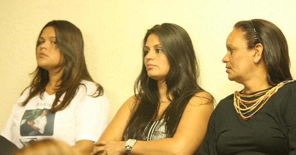 19.nov.2012 - Ingrid Calheiros (centro), noiva do goleiro Bruno, na sala de audiência do fórum Doutor Pedro Aleixo, em Contagem, na região metropolitana de Belo Horizonte, nesta segunda-feira (19), para o julgamento de Bruno Fernandes e de mais quatro réus pelo desaparecimento e morte de Eliza Samudio