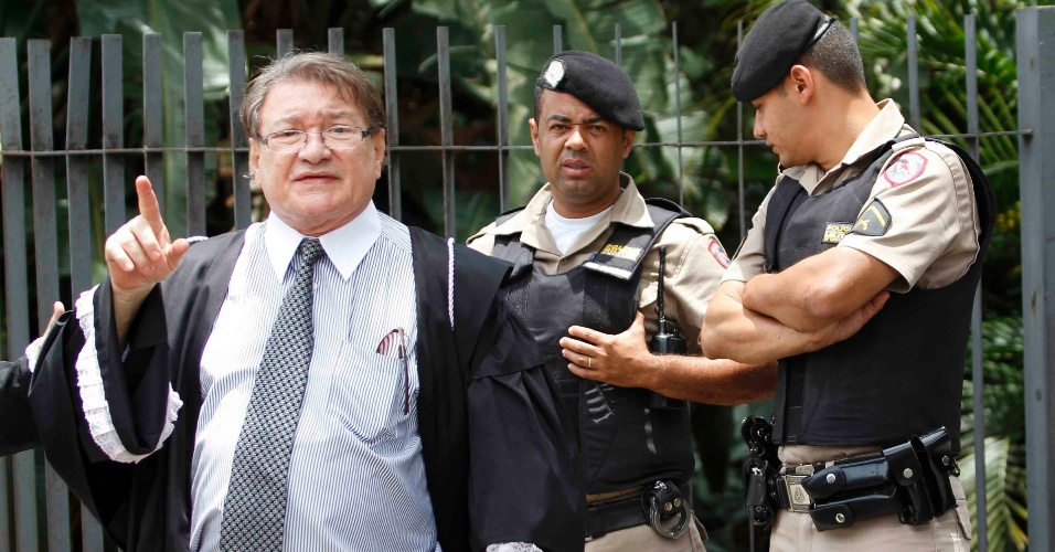 19.nov.2012 - José Arteiro, advogado da mãe de Eliza Samudio, aparece na porta do Fórum Doutor Pedro Aleixo, em Contagem (MG)