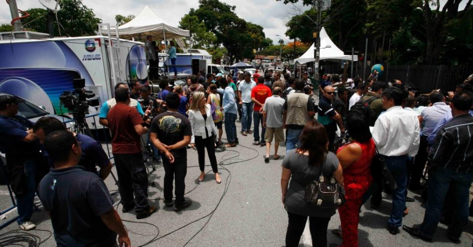19.nov.2012 - Profissionais da imprensa aguardam movimentação na frente do Fórum Doutor Pedro Aleixo, em Contagem (MG)