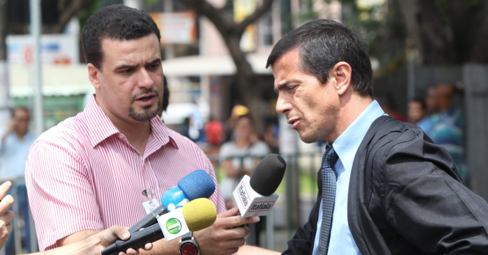 19.nov.2012 - Zanone Manuel de Oliveira Junior (à dir.), advogado do ex-policial Marcos Aparecido dos Santos, o Bola, concede entrevista a jornalistas na frente do Fórum Doutor Pedro Aleixo, em Contagem (MG), onde ocorre o julgamento de cinco réus pelo desaparecimento e morte de Eliza Samudio