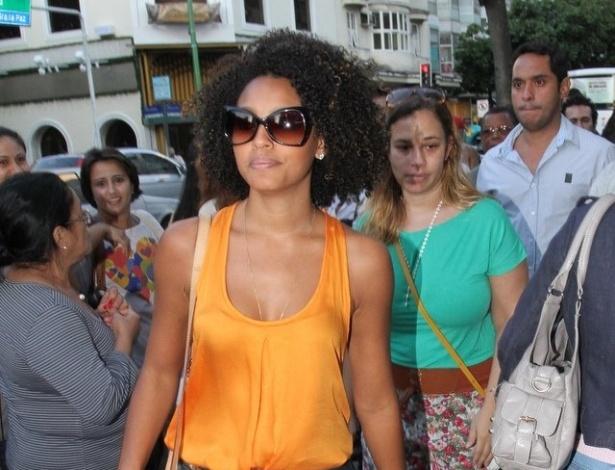 A atriz Sheron Menezes chega para a missa de sétimo dia de Marcos Paulo na igreja Nossa Senhora da Paz, em Ipanema, zona sul do Rio de Janeiro. O ator e diretor morreu vítima de uma embolia pulmonar no domingo (11) (19/11/12)