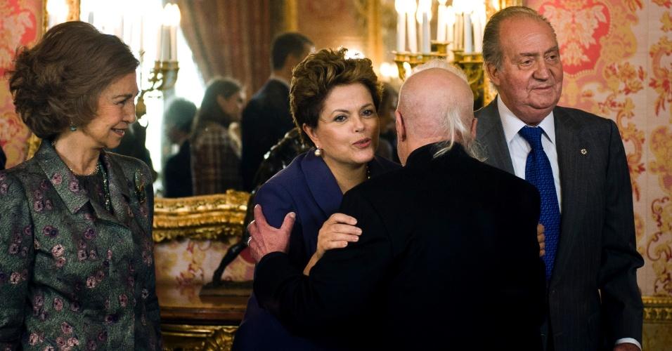 A presidente Dilma Rousseff cumprimenta o escritor Paulo Coelho antes de almoço no Palácio Real em Madri, na Espanha. Dilma estava acompanhada do rei Juan Carlos (à dir.) e da rainha Sofia (à esq.)
