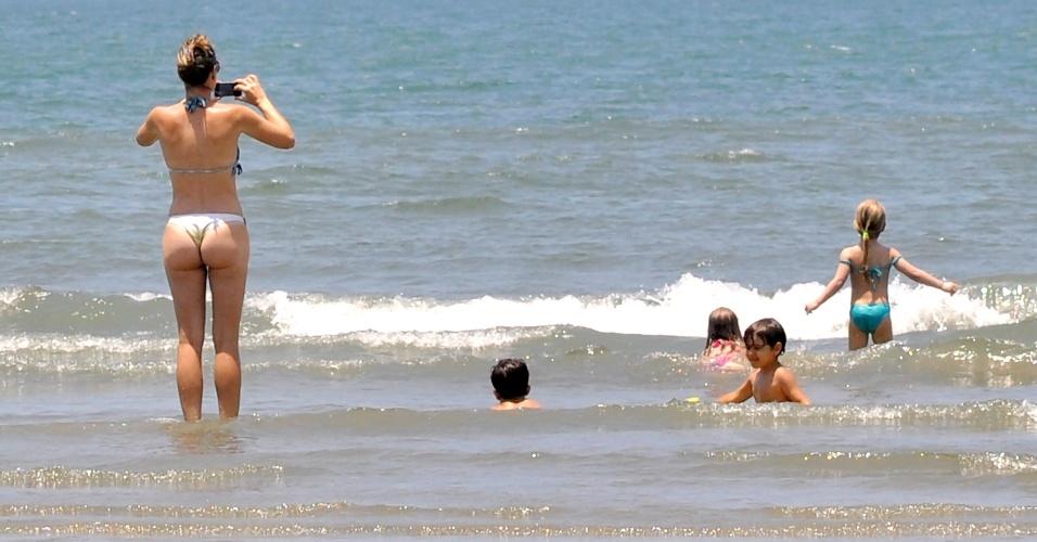 Banhistas aproveitam manhã de sol na praia do Boqueirão, em Santos (SP), nesta segunda-feira (19), penúltimo dia do feriado prolongado