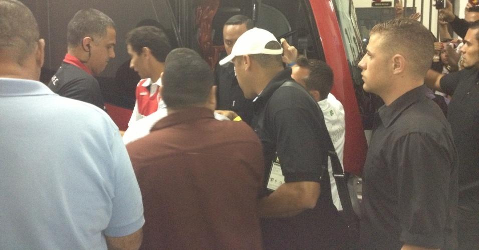 Ganso deixa o vestiário cercado por seguranças (18/11/2012)