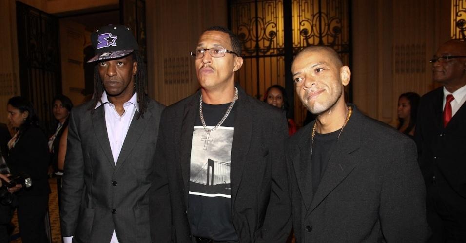Ice Blue, Mano Brown e KL Jay do Racionais MC's comparecem à 10ª edição do Troféu Raça Negra, em São Paulo. O evento tem o objetivo de reconhecer e enaltecer pessoas que contribuem em diversas atividades da cultura negra (19/11/12)