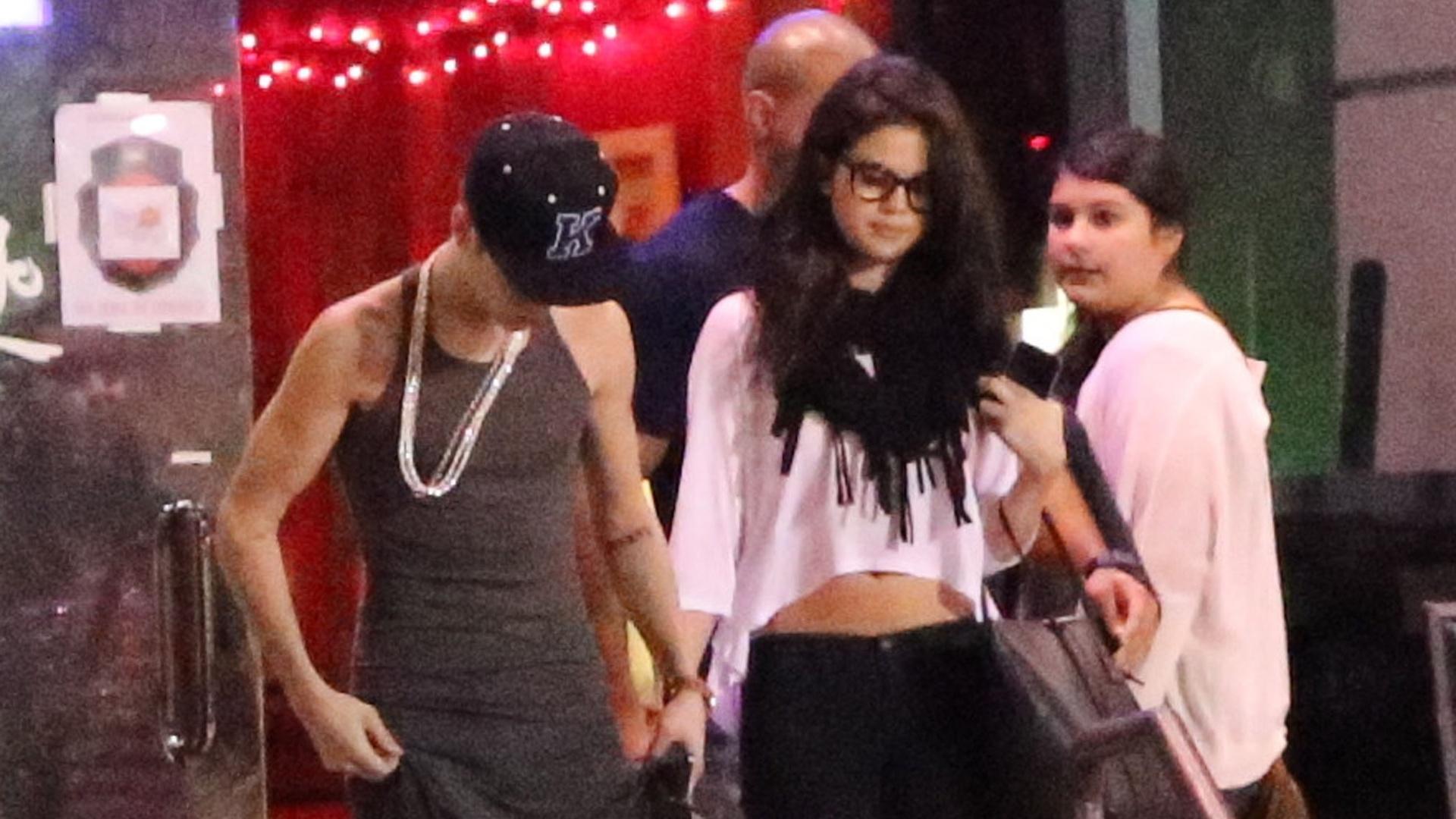 Justin Bieber e Selena Gomez saíram para jantar em um restaurante na Califórnia (16/11/12). Os cantores que estão separados deixaram o local em carros separados. Ao chegar na residência de Selena, Justin foi impedido de entrar e chegou a passar um tempo parado no portão