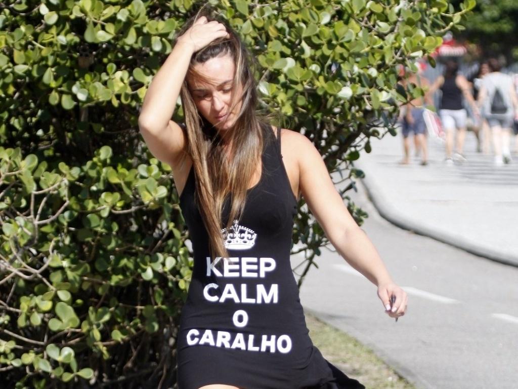 Nicole Bahls circula pela orla da Barra da Tijuca com vestido com a frase