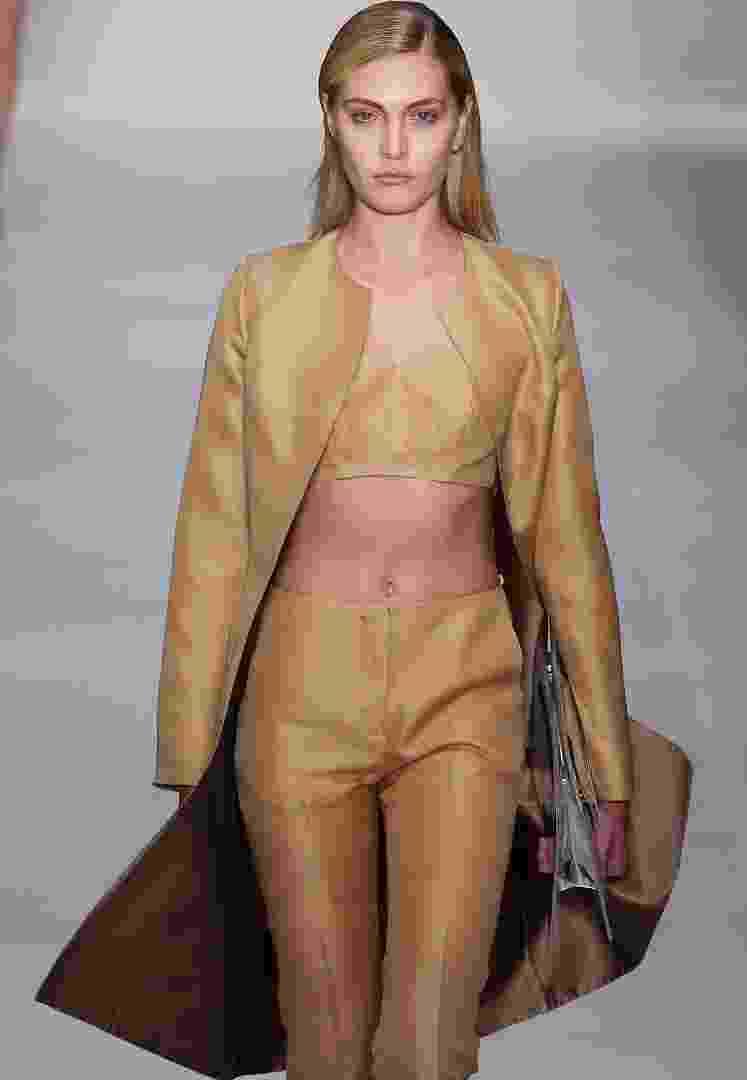 O casaco minimalista, com corte reto e seco e sem lapela é a peça-chave para o Inverno 2013. O estilista Vitorino Campos, do SPFW, propõe a peça em um look monocromático, com barriguinha à mostra - Alexandre Schneider/UOL