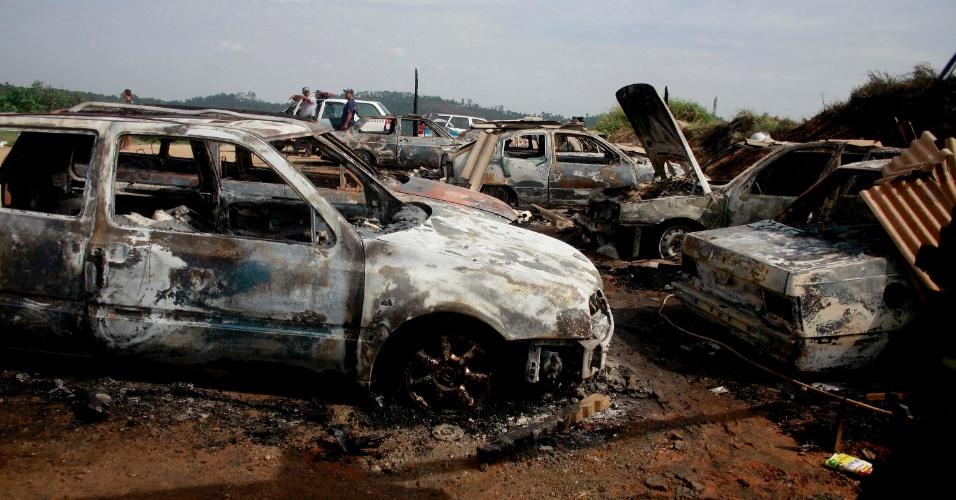 Oito veículos foram incendiados na madrugada desta segunda-feira (19) em uma rua do Parque Imperial, em Barueri, na Grande São Paulo. Ninguém ficou ferido, e a polícia investiga o caso